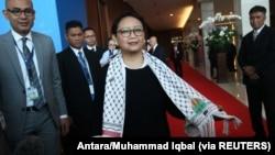 Menteri Luar Negeri Retno Marsudi mengenakan selendang berhias bendera Palestina dan Indonesia, di sela-sela acara Bali Democracy Forum ke-10 yang diadakan di Serpong, Banten, 7 Desember 2017. (Foto: Antara/Muhammad Iqbal via REUTERS)