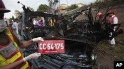 一名巴基斯坦志願者展示受襲擊的美國大使館車輛的車號牌。襲擊星期一發生在巴基斯坦白沙瓦。