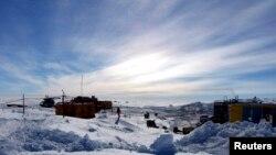 Các nhà khoa học Nga tìm cách khoan xuống lớp băng dưới hồ Vostok, một hồ từ thời tiền sử, nằm dưới lớp băng Nam cực trong 14 triệu năm, 29/6/2910