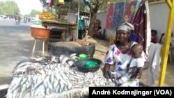 Eve Hassan vendeuse de poisson, N'Djamena, le 6 mars 2019. (VOA/André Kodmajingar)