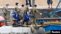 Tentara Italia membawa jenazah korban yang ditemukan di lepas pantai pulau Lampedusa (6/10). Korban tewas kapal yang tenggelam menjadi 275 orang.