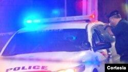 La policía de Filadelfia revisa la patrulla en la que la sargento Sylvia Young, fue herida. El hombre le tendió una emboscada.