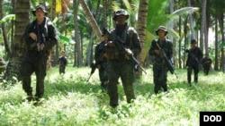 美海军陆战队2012年7月3日训练菲律宾军队反恐(美国国防部照片)
