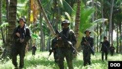 L'armées philippines et américaines s'entraînent dans la forêt, les Philippines, le 3 juillet 2012.