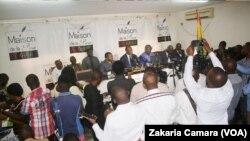 Le président de la Céni et les représentants de l'OIF devant les journalistes à Conakry, Guinée, le 21 Octobre 2019. (VOA/Zakaria Camara)