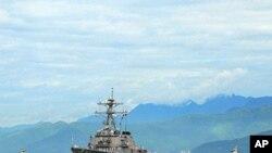 ເຮືອພິຄາດນໍາວິຖີ USS John S. McCain ກໍາລັງເຄື່ອນເຂົ້າທຽບທ່າເມືອງດນັງ ຂອງຫວຽດນາມ ເພື່ອປະກອບສ່ວນໃນການເຝິກແອບທາງທະເລ ກັບກອງທັບເຮືອ ຫວຽດນາມ ເປັນເວລາ 5 ມື້. (U.S. Navy photo by Mass Communication Specialist 2nd Class Jessica Bidwell/Released)