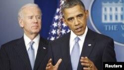 1일 미국 하원이 재정절벽 합의안을 처리한 가운데, 백악관에서 입장을 밝히는 바락 오바마 대통령(오른쪽)과 조 바이든 부통령.