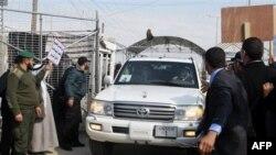 Протестующие палестинцы преградили дорогу кортежу Пан Ги Муна, один из них бросил ботинок в автомобиль Генсека ООН. Сектор Газа. 2 февраля 2012 г.