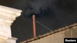 梵蒂岡西斯汀教堂屋頂上的一個小煙囪3月12日冒出黑色煙﹐表明尚未選出新教宗。