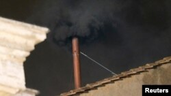دود سیاه از دودکش سقف کلیسای محل شور کاردینال ها نشان می دهد که تصمیمی درباره انتخاب پاپ جدید گرفته نشده است. ۲۲ اسفند ۱۳۹۱