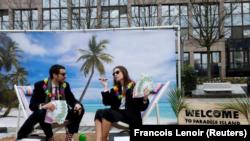 En la imagen, activistas realizan una protesta en una falsa isla tropical que representa un paraíso fisal frente a la reunión de ministros de Finanzas de la UE en Bruselas, el 5 de diciembre de 2017.