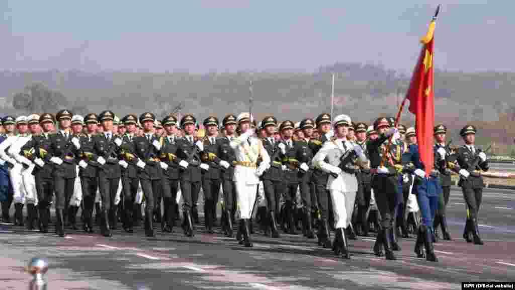 اس پریڈ میں پہلی بار چین کے فوجی دستے نے بھی شرکت کی۔