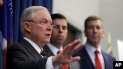 Bột trưởng Tư pháp Mỹ Jeff Sessions phát biểu trong một cuộc họp báo về nạn lạm dụng opioid ở Mỹ, ngày 22 tháng 8, 2018, ở Cleveland.