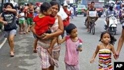 ປະຊາຊົນພາກັນຟ້າວແລ່ນໜີໄປສູ່ບ່ອນສູງ ເພາະຢ້ານຈະເກີດ ຄື້ນຟອງ tsunami ຫຼັງຈາກແຜ່ນດິນໃຫວ ທີ່ມີຄວາມແຮງ ເຖິງ 6.8 ນອກເກາະ Cebu ໃນພາກກາງຂອງຟິລິບປີນ ໃນວັນທີ 6 ກຸມພາ ປີ 2012.