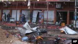伊拉克基尔库克一家咖啡馆遭到自杀炸弹袭击后,安全部队检查现场。(2013年7月13日资料照)