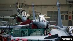 Une vue de la ligne d'assemblage de l'avion de combat Rafale dans l'usine de l'avionneur français Dassault Aviation à Mérignac près de Bordeaux, Sud-Ouest de la France, le 10 janvier 2014.