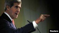 美國國務卿克里2013年11月10日於日內瓦就伊朗核項目談判會議後新聞發報會上講話。
