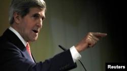 Ngoại trưởng Kerry phát biểu tại một cuộc họp báo vào lúc các cuộc đàm phán về chương trình hạt nhân Iran kết thúc ở Geneva, 10/11/2013. REUTERS/Jason Reed