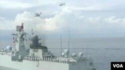Angkatan Bersenjata China tengah melakukan latihan militer di Laut China Selatan (Foto: dok). Kajian Pertahanan Institut Nasional dalam laporan tahunannya melaporkan bahwa membaiknya kemampuan militer China turut mendorong keagresifan Beijing, Jumat (29/3).