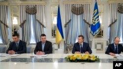 Ukrajinski predsednik Viktor Janukovič i ukrajinski opozicioni lideri uoči potpisivanja sporazuma