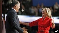 美國共和黨總統候選人羅姆尼在共和黨全國代表大會的舞台上上前擁抱他的夫人安.羅姆尼