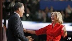 美国共和党总统候选人罗姆尼2012年8月28日在共和党全国代表大会的舞台上上前拥抱他的夫人安妮
