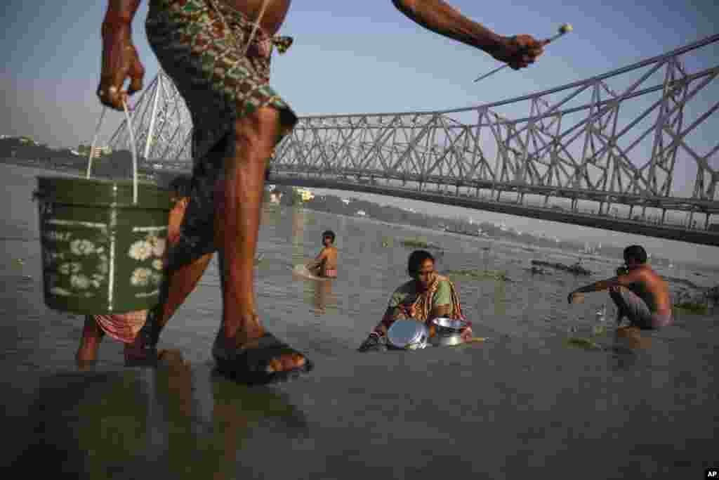 ہندو مت کے پیروکاروں کے لیے گنگا کا پانی انتہائی مقدس ہے۔ ان کے عقائد کے مطابق گنگا میں غسل کرنے سے گناہ دھل جاتے ہیں۔
