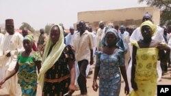 Bốn nữ sinh bị các tay súng bắt cóc đã trốn thoát và trở về đoàn tụ cùng gia đình ở Chibok, Nigeria.