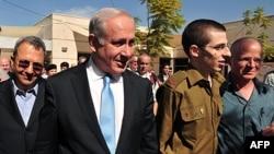 Từ trái: Bộ trưởng Quốc phòng Israel Ehud Barak, Thủ tướng Israel Benjamin Netanyahu, binh sĩ Israel Gilad Schalit và cha của anh, ông Noam tại căn cứ không quân Nof ở miền nam Israel, ngày 18/10/2011