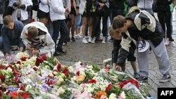 Dân chúng Na uy đặt hoa bên ngoài thánh đường ở Oslo tưởng niệm các nạn nhân trong hai vụ tấn công đẫm máu