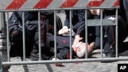 Раненому в шею карабинеру оказывают первую помощь. Рим, Италия. 28 апреля 2013 года