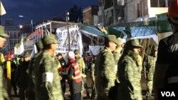 21일 멕시코 멕시코시티의 지진 피해 현장에 투입된 군인들이 복구 작업을 하고 있다.