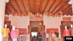 Salah satu toko batik di kota Lasem, Jawa Tengah (Foto: VOA/Nurhadi).