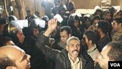 Sekelompok warga Muslim berkumpul di luar sebuah gereja Koptik di Kairo.