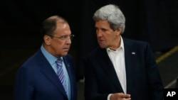 2013年5月15日美国国务卿克里(右)在瑞典和俄罗斯外长拉夫罗夫(左)举行会谈。