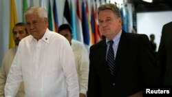 Philippine Foreign Affairs Secretary Albert Del Rosario (L) walks with U.S. Representative Chris Smith upon arrival at the Department of Foreign Affairs headquarters in Pasay city, metro Manila, Nov. 25, 2013.