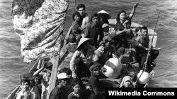 35 người tị nạn Việt Nam chờ đợi để được đưa lên tàu hải quân USS Blue Ridge (LCC-19) của Hoa Kỳ. Họ được cứu thoát từ một chiếc thuyền đánh cá 350 dặm ngoài khơi Vịnh Cam Ranh, sau tám ngày lênh đênh trên biển.