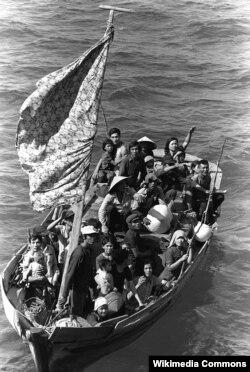 Thuyền nhân Việt Nam chờ được cứu vớt.
