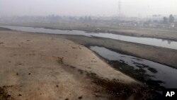 لاہور کے قریب سے گزرنے والے دریائے راوی میں پانی کی سطح انتہائی کم ہے (فائل فوٹو)