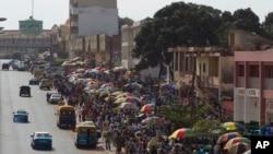 Une foule des acheteurs et des vendeurs aperçus dans le principal marché Bandim de la ville, à Bissau, Guinée-Bissau, 27 mai 2012.