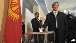 투표중인 알마크베크 아탐바예프 키르기스스탄 총리