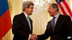 Ngoại trưởng Mỹ John Kerry, trái, bắt tay với Ngoại trưởng Nga Sergey Lavrov và Ngoại trưởng Mỹ John Kerry trước khi bắt đầu cuộc họp tại Paris, ngày 30/3/2014.