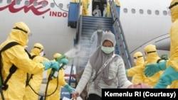 WNI yang dievakuasi dari Wuhan, China, tiba di bandara Hang Nadim, Batam, Minggu pagi (2/2). Selanjutnya akan diterbangkan ke Natuna untuk menjalani proses karantina selama 14 hari.