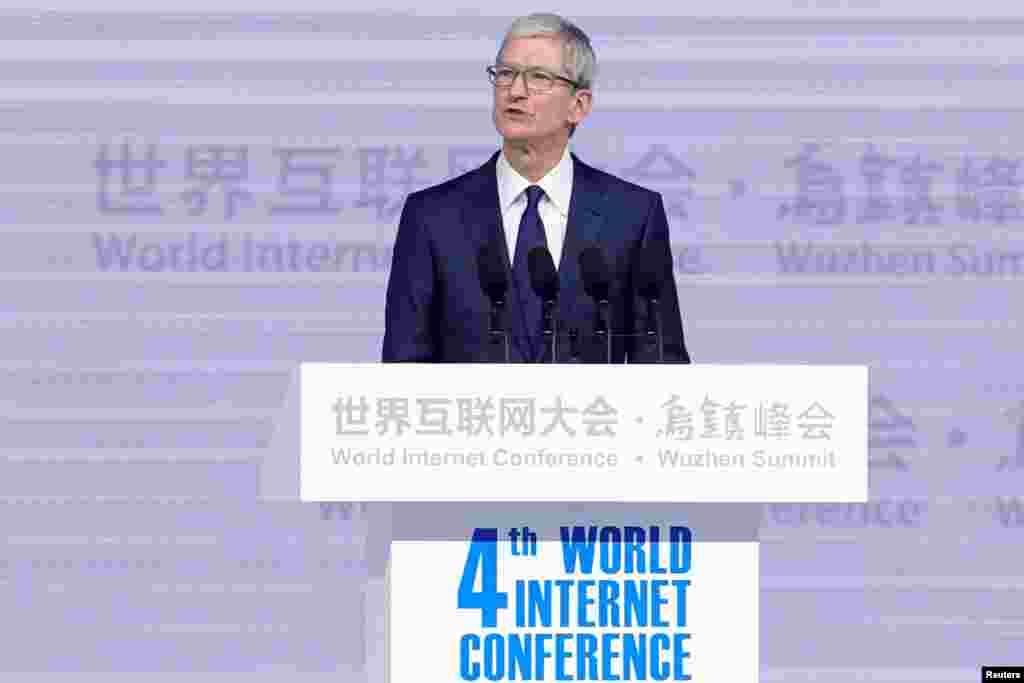 """美国苹果公司首席执行官库克(Tim Cook)在中国浙江乌镇举行的第四届世界互联网大会的开幕式上讲话(2017年12月3日)。大会的亮点之一是全球科技企业高管纷纷到场,包括美国苹果公司首席执行官库克(Tim Cook)和谷歌首席执行官皮查伊(Sundar Pichai)。这是硅谷企业第一次派出如此高级别的代表与会。本届大会的主题是""""发展数字经济,促进开放共享""""。库克说这也是苹果公司的愿景之一。他说:""""我们很自豪能与众多的中国合作伙伴一起,帮助建立一个在网络空间共享未来的社区。"""" 库克还说,中国开发者研发的应用程序获得的总收入位居全球之首,超过1120亿元。他没有提及今年早些时候600多个VPN软件被迫从苹果中国区商店下架。"""