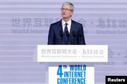 美国苹果公司首席执行官库克(Tim Cook)在中国浙江乌镇举行的世界互联网大会的开幕式上讲话(12月3日)
