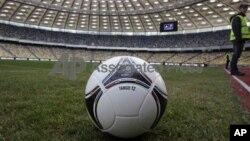 Turnamen Sepakbola Eropa 2012 dimulai 8 Juni di Warsawa dan akan berakhir 1 Juli di Kiev.