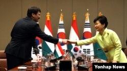 박근혜 한국 대통령과 야노쉬 아데르 헝가리 대통령이 14일 청와대에서 열린 정상회담에 앞서 악수하고 있다.