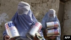 Các góa phụ Afghanistan nhận dầu ăn và lúa mì do cơ quan Lương nông Liên hiệp quốc phân phát