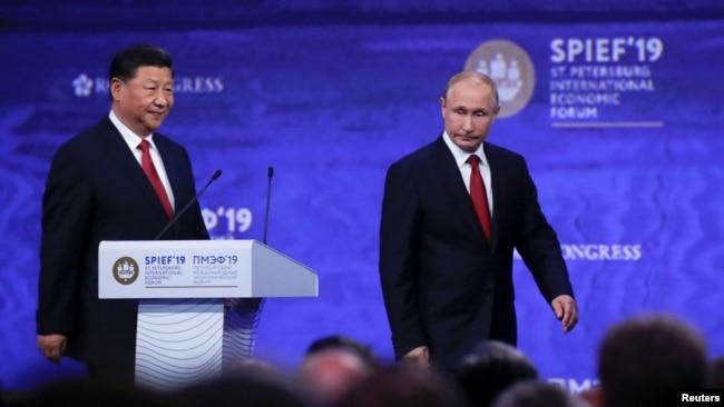Tổng thống Nga Vladimir Putin (phải) và Chủ tịch Trung Quốc Tập Cận Bình dự Diễn đàn Kinh tế Quốc tế St. Peterburg ở Nga, ngày 7 tháng 6, 2019.
