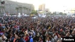 Para pengunjuk rasa meneriakkan slogan anti-pemerintah di Lapangan Tahrir, Kairo, Mesir (11/12). Jenderal Abdel Fattah al-Sissi menyerukan diadakannya perundingan demi persatuan nasional.